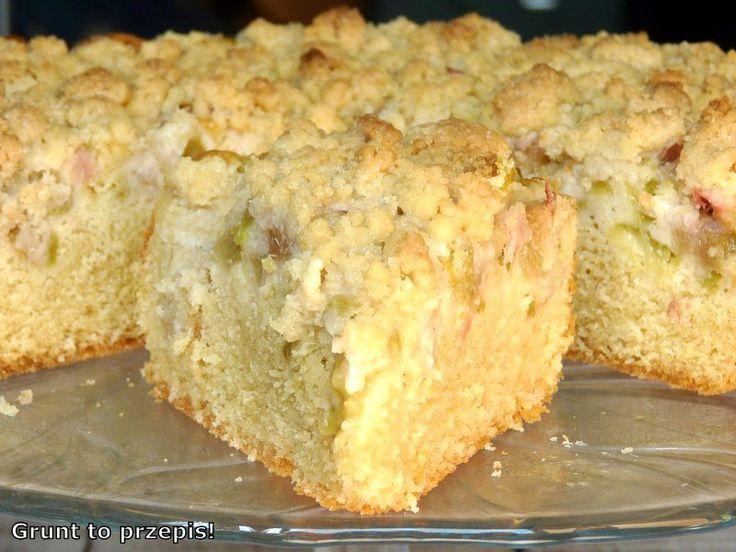 Proste ciasto, łatwe do przygotowania, kwaskowate rabarbarem i słodkie chrupiącą kruszonką.