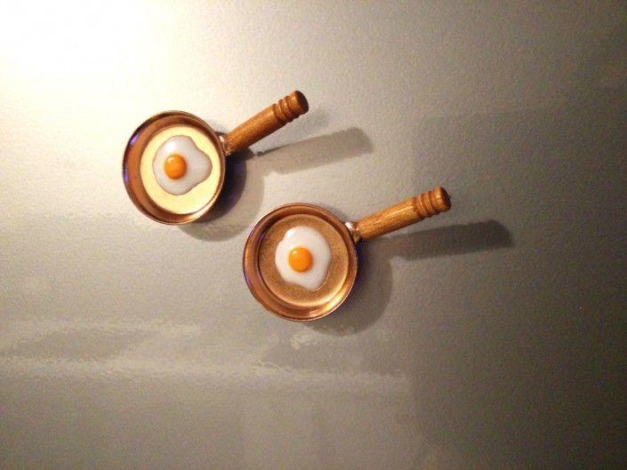 Pan shaped magneto with fried egg handmade in polymer clay - Calamita a forma di tegame con uovo in fimo fatto a mano