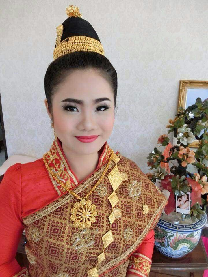 Bride in Lao wedding red sin mai