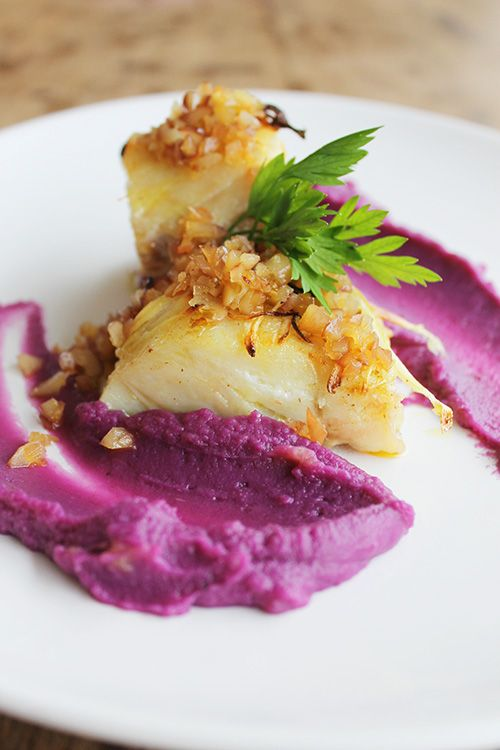 Bacalhau confit com purê de batata-doce roxa