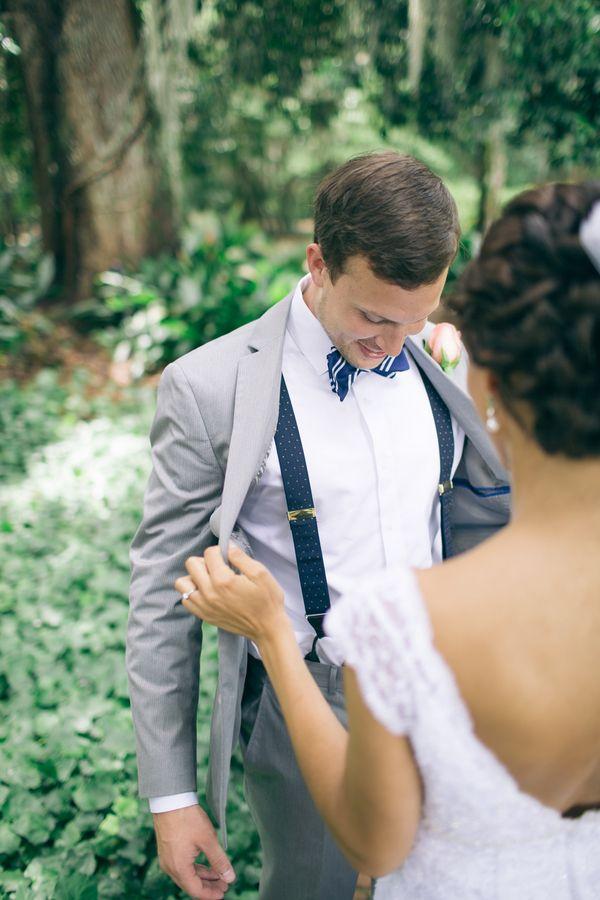 Traje de novio con pajarita y tirantes en tonos grises y azul marino. Ideales…