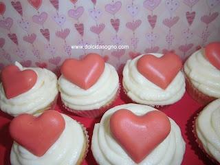 Cupcake con un dolce cuore al cioccolato con sapore di fragola, ottimi per compleanni