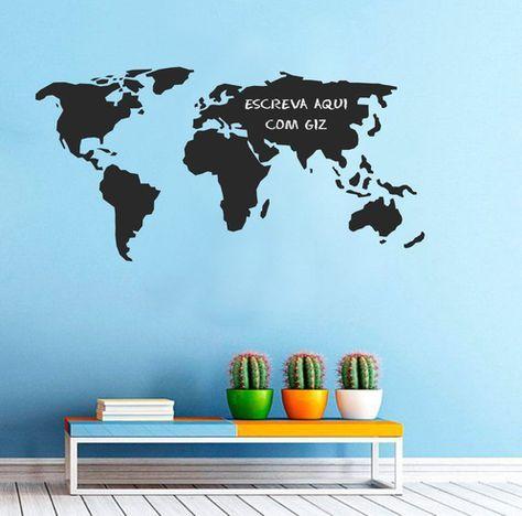 Adesivo de parede mapa mundi com quadro negro.