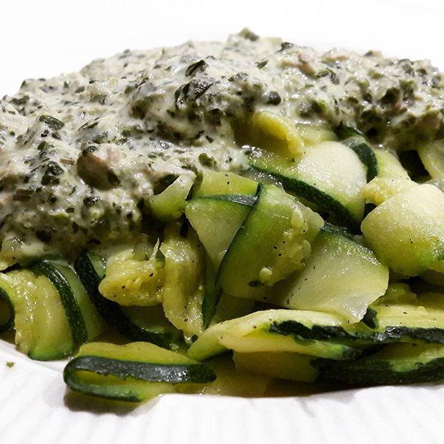 Niet de mooiste kleurencombinatie  voor een foto maar wel de lekkerste smaakcombinatie!  Courgettepasta met spinazie tonijn roomsaus. - recept->link in BIO<- #lowcarb #koolhydraatarm #courgette #tonijn #spinazie