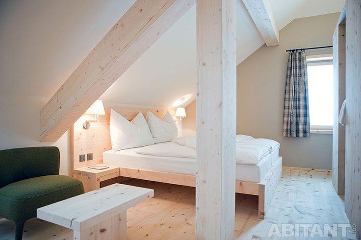 Мансардная спальня с отделкой из сосны