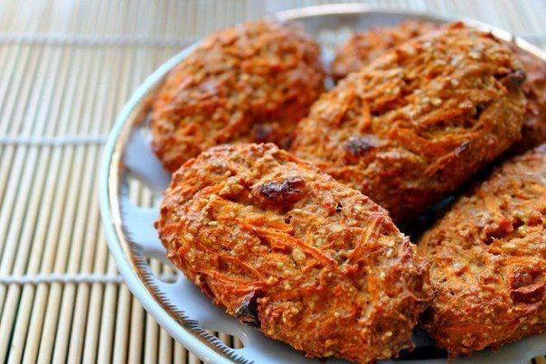 Морковное печенье Морковь 1 шт (80-100 г), овсяная мука 50 г,  белок 1 шт, сода на кончике ч.л. гашеная лимонным соком,  изюм 10 г,  корица, ванилин,   Все это перемешать, слепить печеньки, выложить на противень выстланный бумагой для выпечки, выпекать в духовке при средней температуре в течение 20-25 минут.