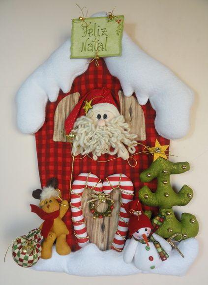 Enfeite de porta/parede Papai Noel na casa de neve O Papai Noel está na janela da sua linda casa de neve e ele a rena estão enfeitando a casa para o Natal... Tamanho aproximado: 47 cm (altura) x 34 cm (largura) Confeccionado com tecido 100% algodão e melton. R$ 175,00
