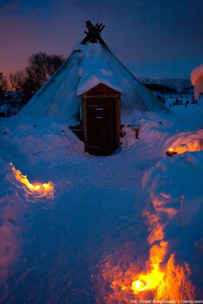 Psie zaprzęgi w okolicach Tromsø, Norwegia. Po wyprawie czas na rozgrzewkę w lavvo - tradycyjnym skórzanym namiocie rdzennych mieszkańców północnej Skandynawii: Samów. #Norwegia #Tromsø #fiordy #emocjewcenie