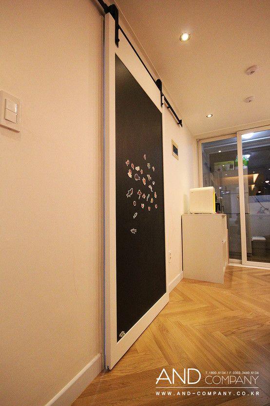 Drzwi pokryte farbą tablicową. Zobacz więcej na:https://www.homify.pl/katalogi-inspiracji/39407/drzwi-wewnetrzne-nietypowe-rozwiazania