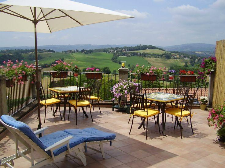 Sulla nostra terrazza potrete gustare un cocktail di benvenuto mentre sarete incantati dalla vista mozzafiato dei verdi Pratoni del Vivaro