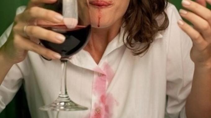Vous avez renversé votre verre de vin rouge sur votre magnifique chemisier ? C'est du vin, c'est rouge... Vous vous dites que jamais vous ne récupérerez ce vêtement. Détrompez-vous ! Nous avon...