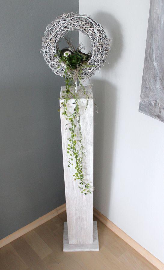 GS49 – Dekosäule für Innen und Aussen! Große Säule, weiß gebeizt aus neuem Holz, natürlich dekoriert mit einem Rebenkranz, einer Edelstahlkugel und künstlichen Sukkulenten! Preis 89,90€