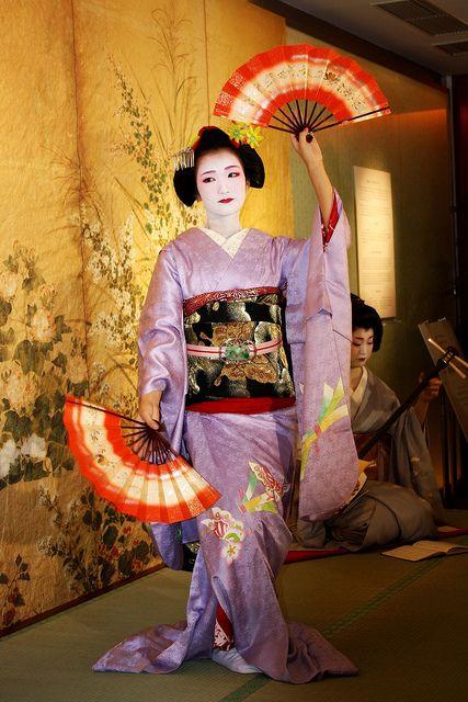 Maiko (Geisha Apprentice) Fukoho - Her Kimono and make-up are beautiful!