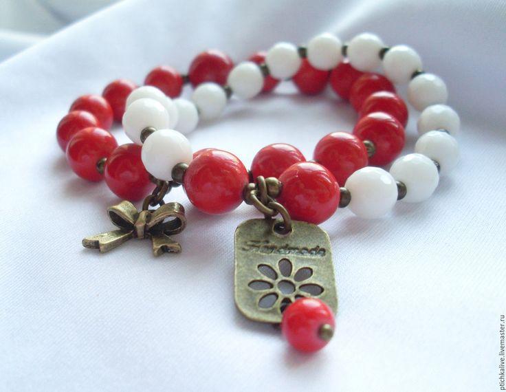 Купить Радость. Парные бело-красные браслеты из коралла и агата - браслеты парные, браслеты на резинке