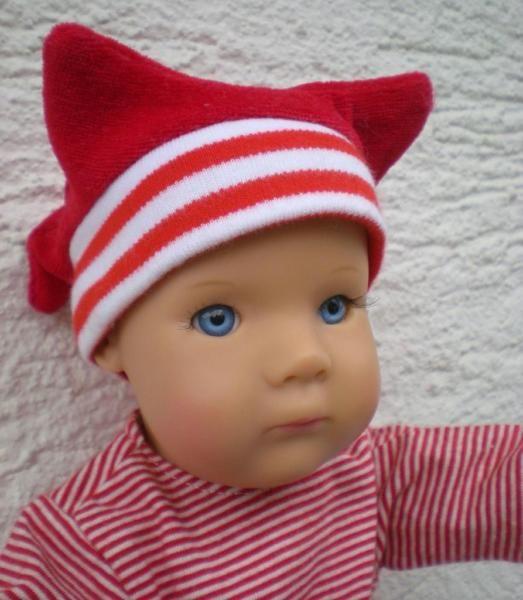 diese Götz Puppe ist 33 cm groß, es ist eine Manufakturpuppe aus 2001, das Baby heißt Quinn.Es ist eine Vinylpuppe mit Kugelgelenken, sehr beweglich.Die Puppe hat blaue feststehende Augen und keine Haare, Gewicht ca. 480 g.Die Puppenkleidung in rot ist von Käthe Kruse, keine Originalkleidung vorhanden.Dazu ein Kissen, eine Miniwindel und neues Plüschtierchen von Pitzelpatz, Schwimmring. Zum spielen oder sammeln.In Nacken steht: Götz 545-14Die Puppe ist sauber und - meiner Meinung nach - in…