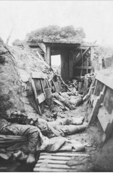 Fotografie aus dem Ersten Weltkrieg: englischer Schützengraben bei Warneton im Mai 1918.