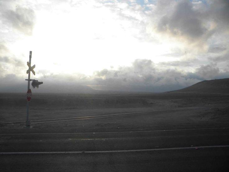 Un cruce ferrocarril poco común - cerca de Antofagasta. // An uncommon railroad crossing near Antofagasta. (II Región)