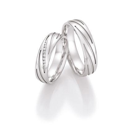 Moderne Ringe in Silber. Ringbreite: 5,5 mm. Kollektionen: En Vogue. Steingröße & Qualität:ges. 0,054 ct w/si. Material: Silber. Ringhöhe: 1,8 mm. Oberfläche: mattiert, glänzend. Lieferzeit: 7-10 Werktage. Preis: 278,00 €.