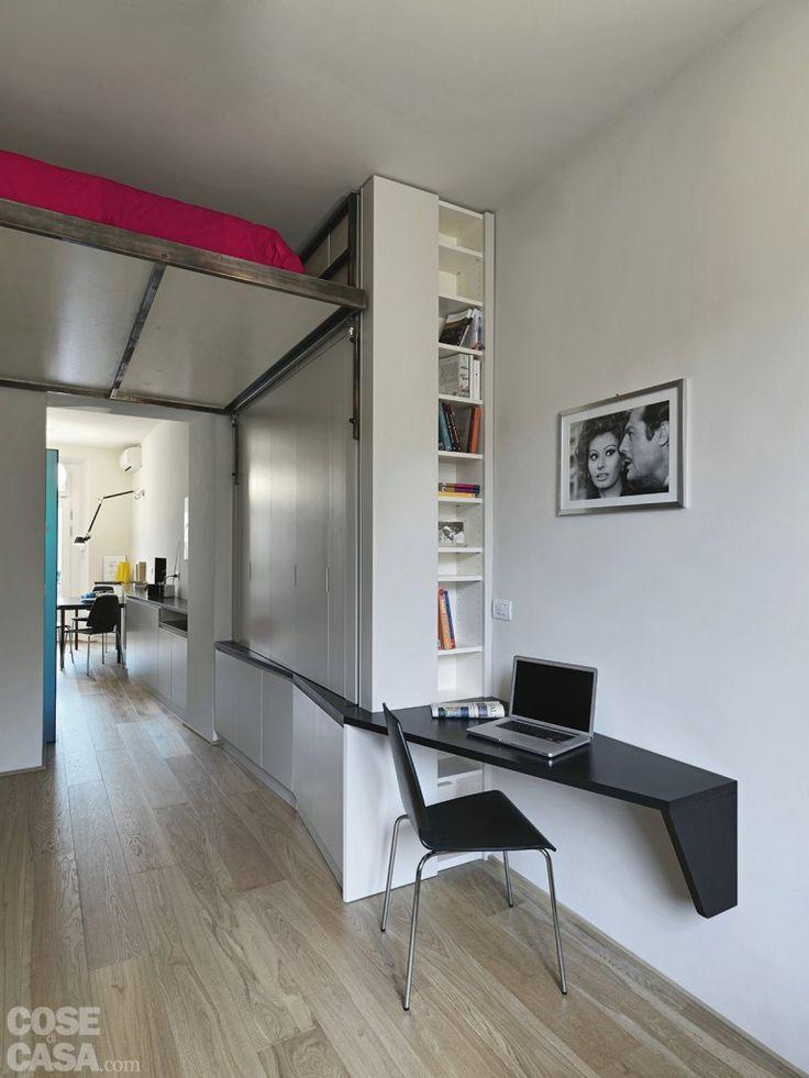 Nell'angolo studio il piano dello scrittoio in mdf nero opaco costituisce il proseguimento di quello a linea spezzata del mobile di fianco.  #casa #cosedicasa #arredamento #arredamentocasa #home #house #design #living #soggiorno