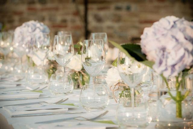 Credit: Anja Hagedoorn - huwelijk (ritueel), glas, tabel (meubels), geen persoon, bruiloft receptie, viering, ornament, glas (container), bloem (plant), eet- en drinkgerei, luxe (rijkdom), romance (relatie), couvert, dining, water