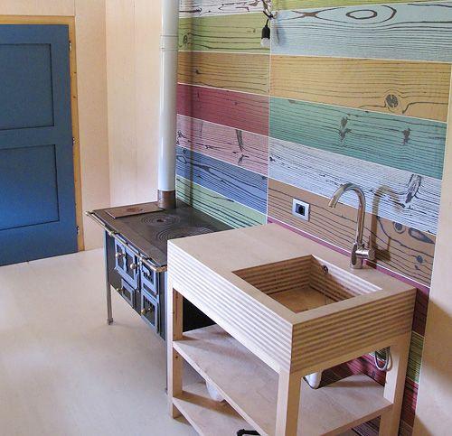Фарфоровая плитка с текстурой дерева на стене
