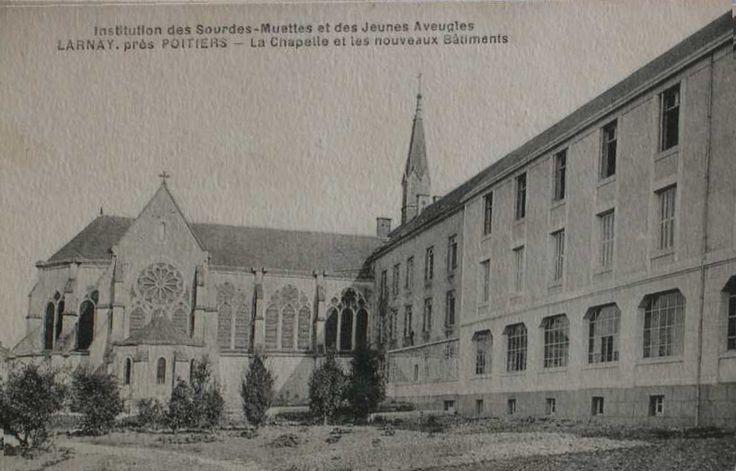 Elévation postérieure de l'aile ouest et chapelle. Carte postale ancienne.
