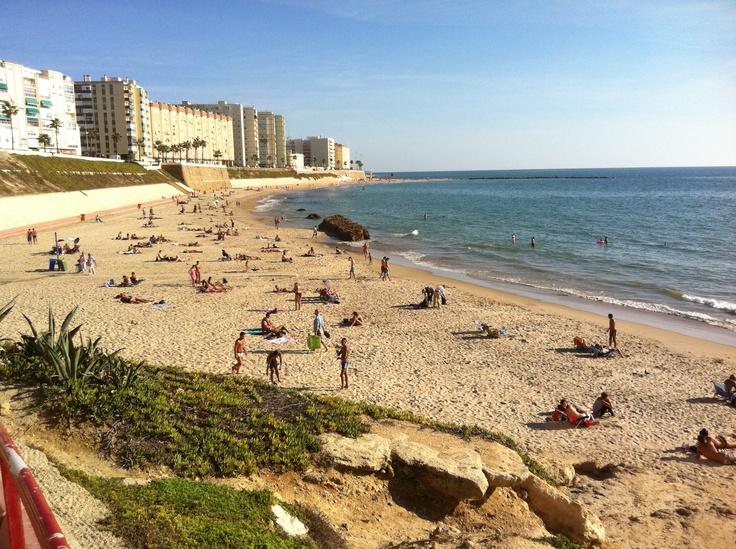 Playa de Santa María del Mar en Cádiz y en octubre. Disfrútalo con clic.es.