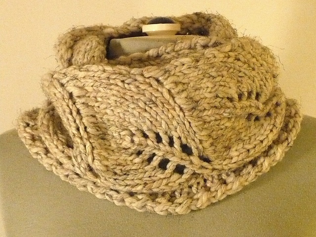 Vite Cowl Knitting Pattern : Free - Leaf cowl in large gauge (Ravelry: Project Gallery for Vite Cowl patte...