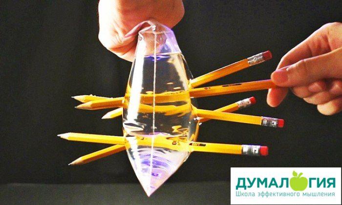 Вам понадобятся: полиэтиленовый пакет (не дырявый!), остро заточенные карандаши, вода.  Описание опыта ✔ Наполним полиэтиленовый пакет водой из-под крана. Для удобства завяжем его. Аккуратно воткнём в пакет остро заточенные карандаши. Делать это лучше над раковиной или ванной. ✔ Пакет удерживает воду, хотя его несколько раз проткнули. #опыты #для #детей