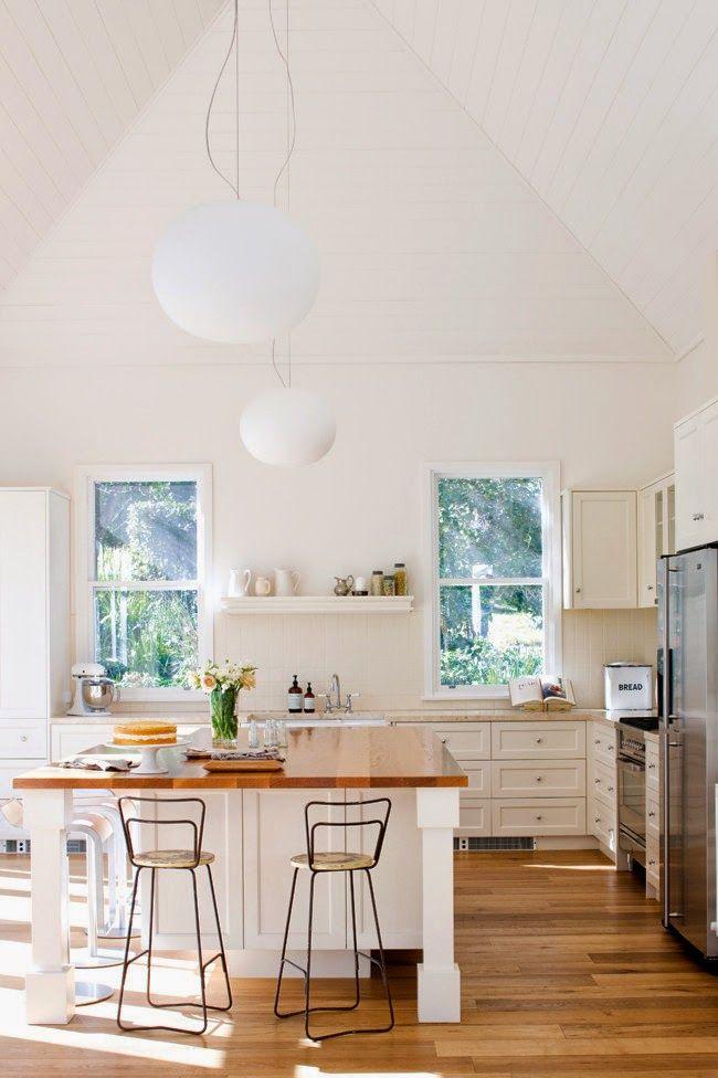 Casa amarilla en la playa: Blanco diseño interior del hogar y las ideas