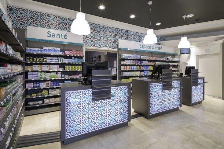 La pharmacie des Mielles est située au sein d'une station balnéaire prisée des Côtes d'Armor. La titulaire s'y est installée en 2012 avec la volonté de repenser l'espace pour proposer à sa clientèle un lieu contemporain et accueillant.