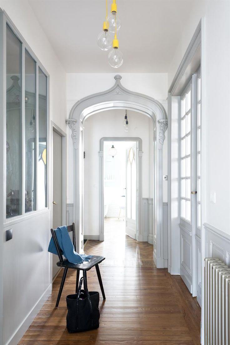 Fauteuils Et Canapés Modernes Dans Un Appartement Haussmannien Dans  Rénovation Décoration Appartement Bordeaux . Idée Décoration