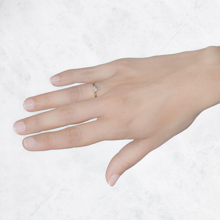 Anillo de compromiso Argyor en oro amarillo de 18 quilates y un diamante 0.34ct. Un anillo solitario ideal para combinar con la alianza de boda después del gran día.