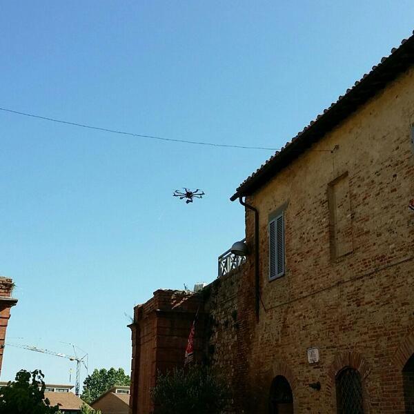 Avvistamento UFO in Città della Pieve: droni riprendono l'Infiorata di San Luigi Gonzaga. #AlTrasimeno foto di @tristemietitore