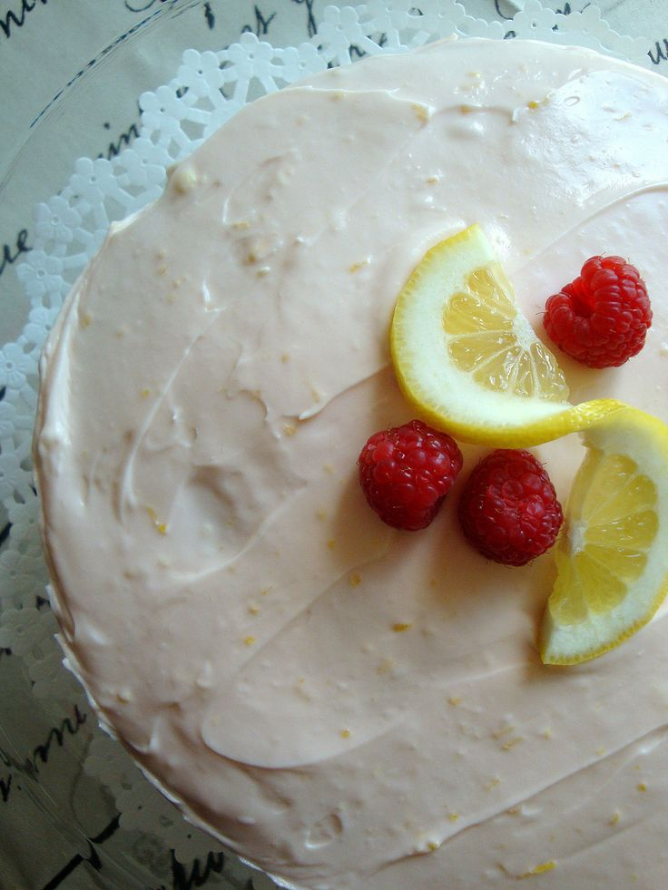 This Raspberry Lemonade Cake recipe makes a very pretty presentation for any party or just for your little -or big- family. I think the creamy frosting makes the cake!