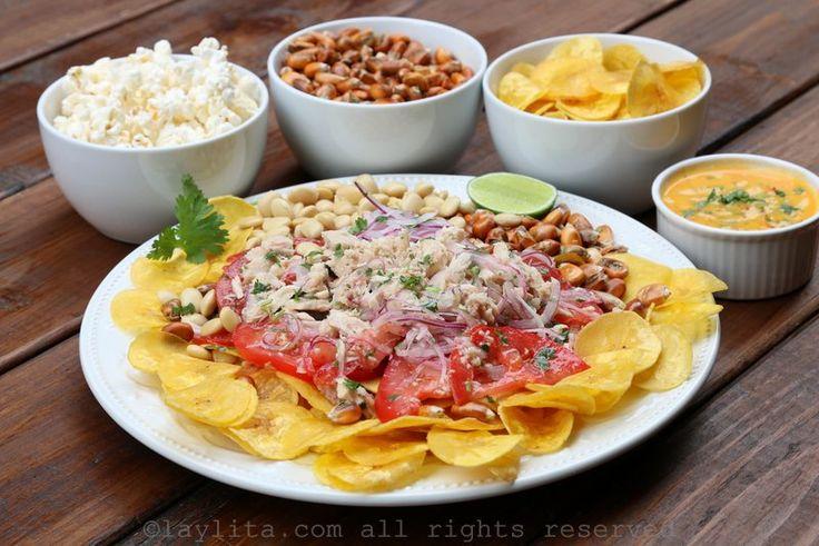 Receta del ceviche volquetero o ceviche de atún ecuatoriano preparado con atún enlatado, cebolla, tomate, jugo de limón, cilantro, y acompañado de chifles, chochos, maíz tostado, y aji o salsa picante al gusto.