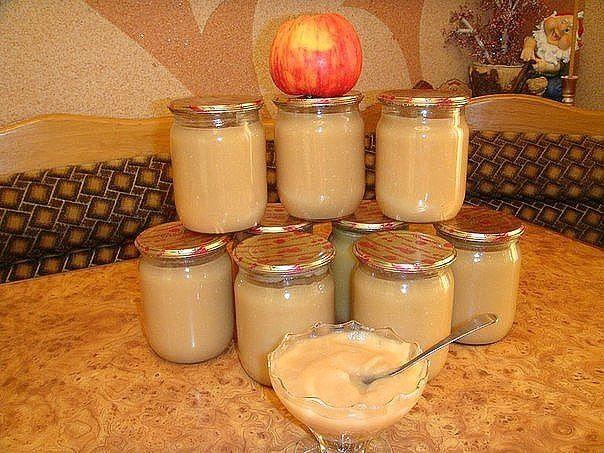 Если вы еще не пробовали готовить яблочное пюре со сгущенкой, срочно исправляйтесь! Дети от такого лакомства будут только в восторге. Пюре получается очень нежным, вкусным и неприторным. Его можно добавлять ребенку в творожок, домашний кефир, использовать как сладкую начинку для блинов и крем для детских тортов.  5 кг. яблок 1 банка сгущенного молока 0.5 стакана сахара 1 стакан воды Яблоки помыть, дать стечь воде, затем очистить их от кожуры и сердцевинки разрезав на 4 части, затем порезат