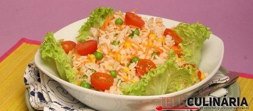 Receita de Salada colorida de arroz. Descubra como cozinhar Salada colorida de arroz de maneira prática e deliciosa com a Teleculinária!