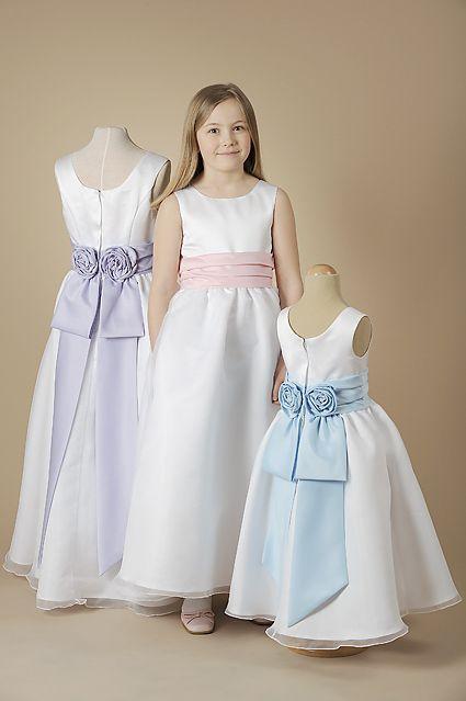 Brudnäbbsklänning Seraphina. Vit klänning med band i rosa, blått eller lila.