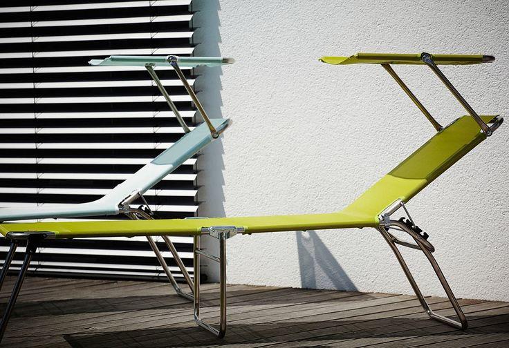 Moderne Dreibeinliege von jankurtzmöbel. Vielfältig nutzbar. Attraktive Sitzhöhe, praktisches Sonnendach, leicht zu transportieren durch das Aluminium Gestell. Praktisch zu verstauen, da klappbar. Bezogen ist diese innovative Liege mit einem wasserabweisenden und schnelltrocknenden Gewebestoff.   Details:  Design: Francesco Favagrossa, Mit Sonnendach, Für den Innen- und Außenbereich, Verstellba...
