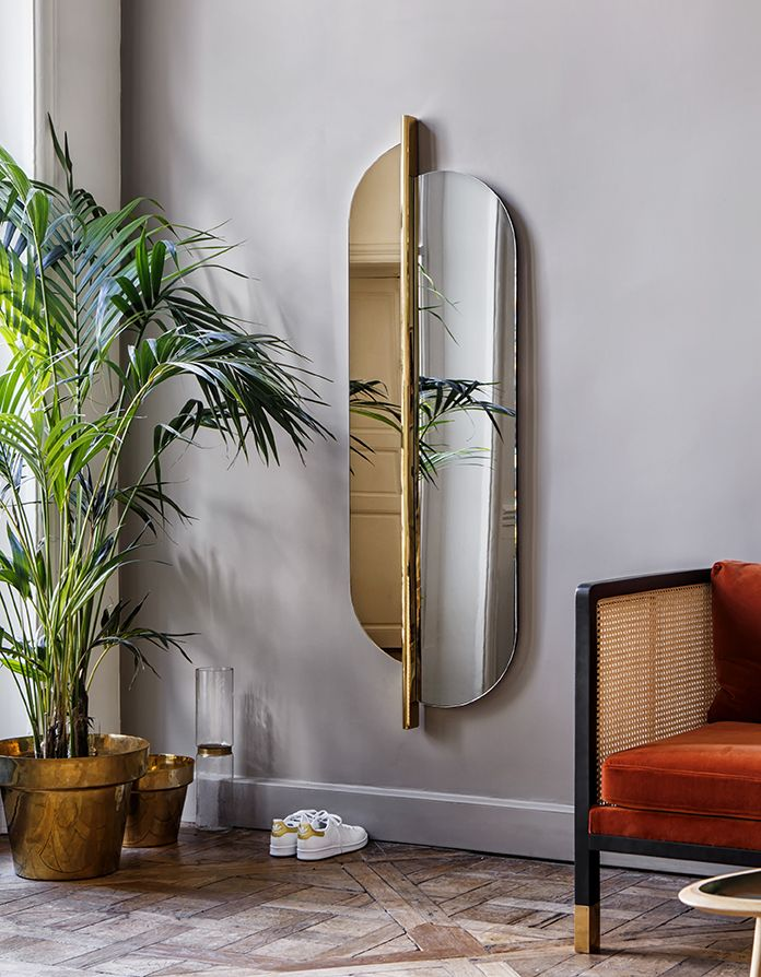 Miroir Totem en verre gris fumé et laiton, Red Edition - Grey smoked Totem mirror, plated brass frame, Red Edition. Dalle de Versailles