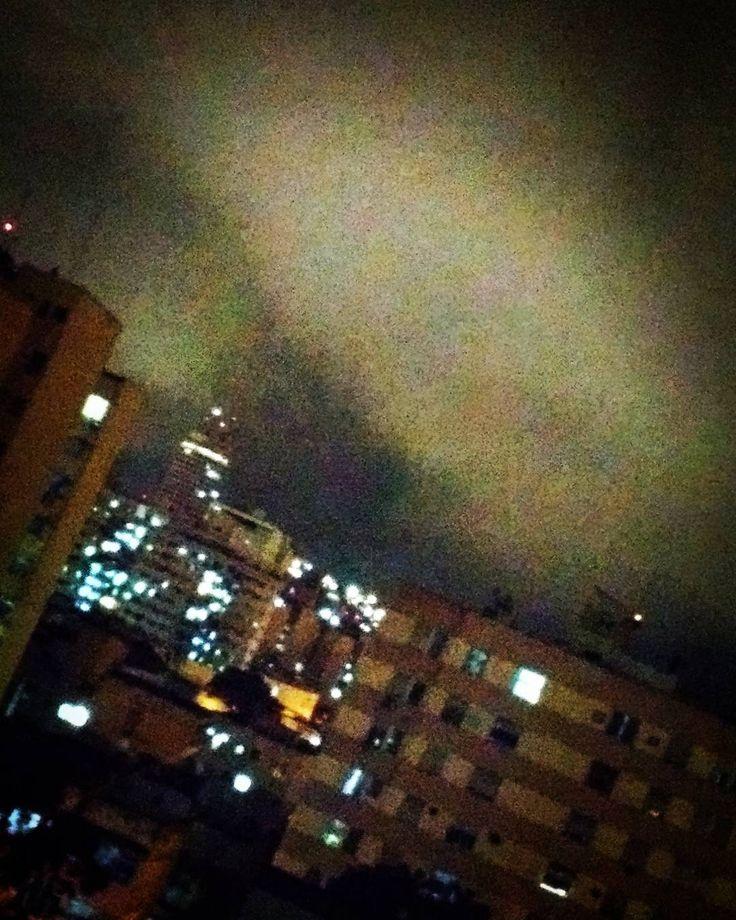 20:57h o céu da minha janela... Chove em Niterói e a temperatura está ótima...! #céumaravilhoso #wonderfulsky #océucomoumatela #NiteróiIgers #niterói #downtownniterói #eunasciaqui #ConheçaNiterói #instaniteroi #graysky #greysky #mobilepictures #fotosdecelular #MotoG4  #chuva #itrains  #céucinzento #vésperadeferiado #MTur #ifyoutookaholiday