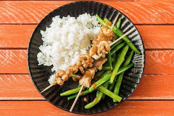Satay-Spieße kennt jeder mit Hähnchenfleisch, wir verwenden heute Schweinelachs. Der ist schön mager und genauso zart wie das Geflügel. Statt im Ofen kann man die Spieße auch toll auf dem Grill zubereiten. Die Knoblauch-Bohnen bringen Farbe auf den Teller und in die Erdnusssoße wirst Du Dich reinlegen wollen. Lass Dir dieses proteinreiche Gericht schmecken.