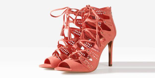ГЛАДИАТОРЫ. Сложносочиненные туфли и босоножки в древнеримском СТИЛЕ стали чрезвычайно популярны – множество вырезов, переплетений, шнуровок и ремешков в духе героев Колизея превращают дамские ножки в произведение искусства. Читайте подробнее WMJ.RU http://www.wmj.ru/moda/tendencii/samaya-modnaya-obuv-vesny-2015/?page=5