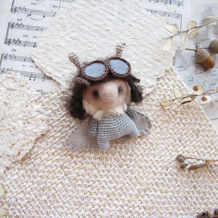 Летим, птичка, воооон туда, там много вкусного. Крылья, ноги, крылья, ноги, главное МОЛЬ!   Третий из команды летчиков.    Ищет своего Человека.    #любоидорого #luboidorogo #feltedtoy #felteddoll #doll #wooltoy #craft #handmadetoy #felt#felttoy #gifttoy #giftideas #weamiguru #amigurumi #кукла#doll #handmade #ручнаяработа #идеяподарка #crochet#интерьернаякукла#interior#mole#aviator#pilot#butterfly#авиатор#летчик#lubo_buynow