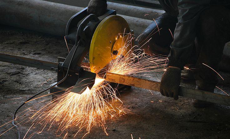 Fabricando consertando e instalando Serralheria em Curitibade Ferro e Serralheria de Alumínio, fabricamos e consertamos janelas, portas, portões, grades, corrimões, guarnição de alumínio, e soldas em geral.fabricamos consertamos e instalamos grades de ferro para janelas, podendo ser de ferro maciço e tubular, em tela, artística, de abrir, fazemos sob medida conforme a necessidade.fabricamos consertamos e...