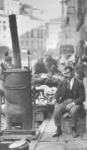 Tostador de café en la Calle Toledo, Madrid, hacia 1920