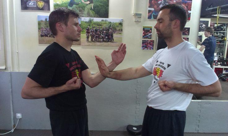 Trénink Dan Chi Sau ve škole sifu Chrise Collinse