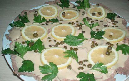 Vitello tonnato - La ricetta del vitello tonnato, o vitel toné é uno dei piatti tipici della cucina del Piemonte. Si prepara con il magatello di girello e la salsa tonnata che la guarnisce e viene preparata con uova sode, limone, acciughe e capperi.