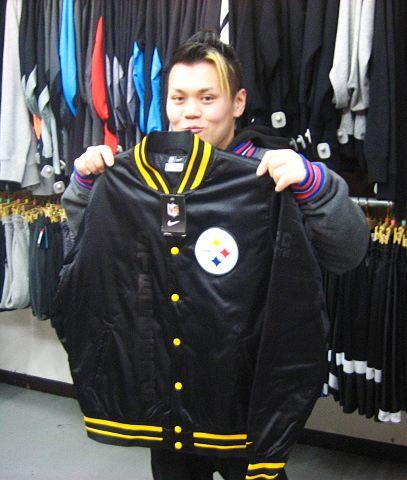 【新宿2号店】 2014年3月4日 NFLのアパレルを上手に着こなしていらっしゃいました。今回はスティーラーズのジャケットをご購入頂きました。またウェアを見に来て下さいね♪ #nfl